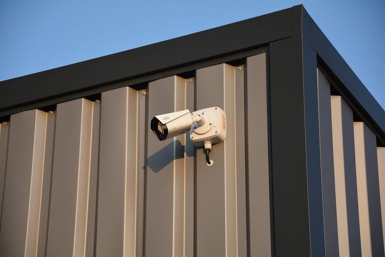 Mit einer professionellen Anlage für die Überwachung des Firmengeländes können Einbrecher abgeschreckt und Diebstähle präventiv verhindert werden.